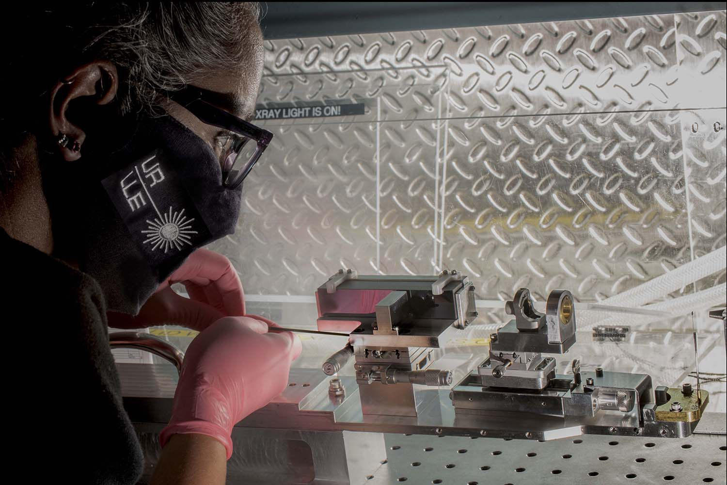 Pia Valdivia working on the Talbot–Lau X-ray Deflectometer